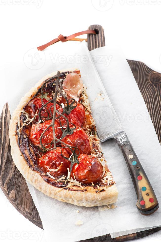 pizza ham met ham, cherrytomaatjes, parmezaan foto