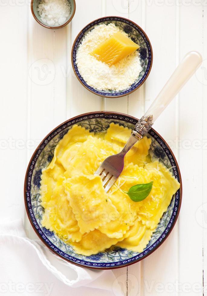 ravioli gevuld met ricotta en spinazie. foto