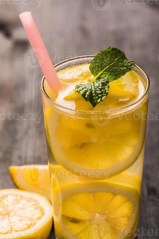 limonade met verse citroen en munt foto