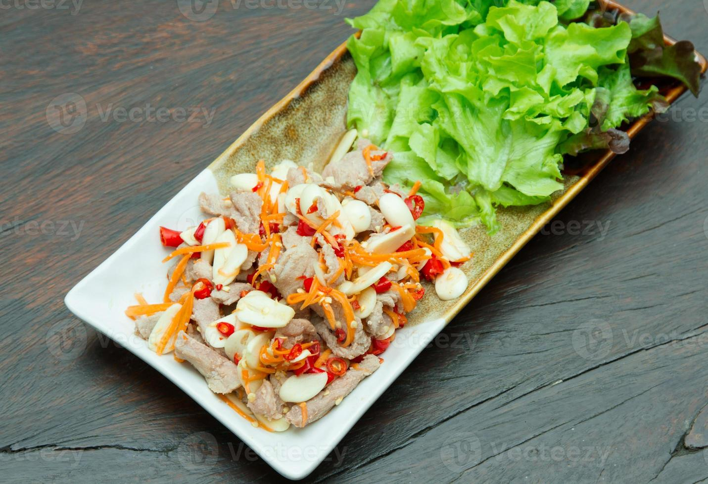 gekookt varkensvlees met limoen, knoflook en chili sauc foto