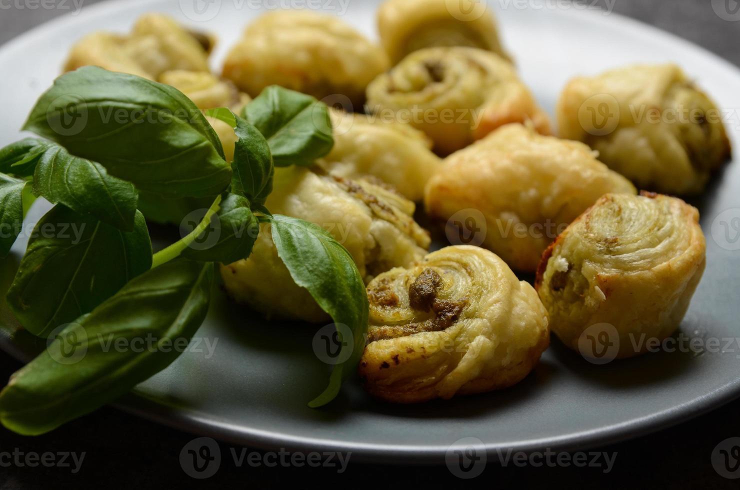 Bladerdeegrolletjes met Italiaanse pestovulling foto