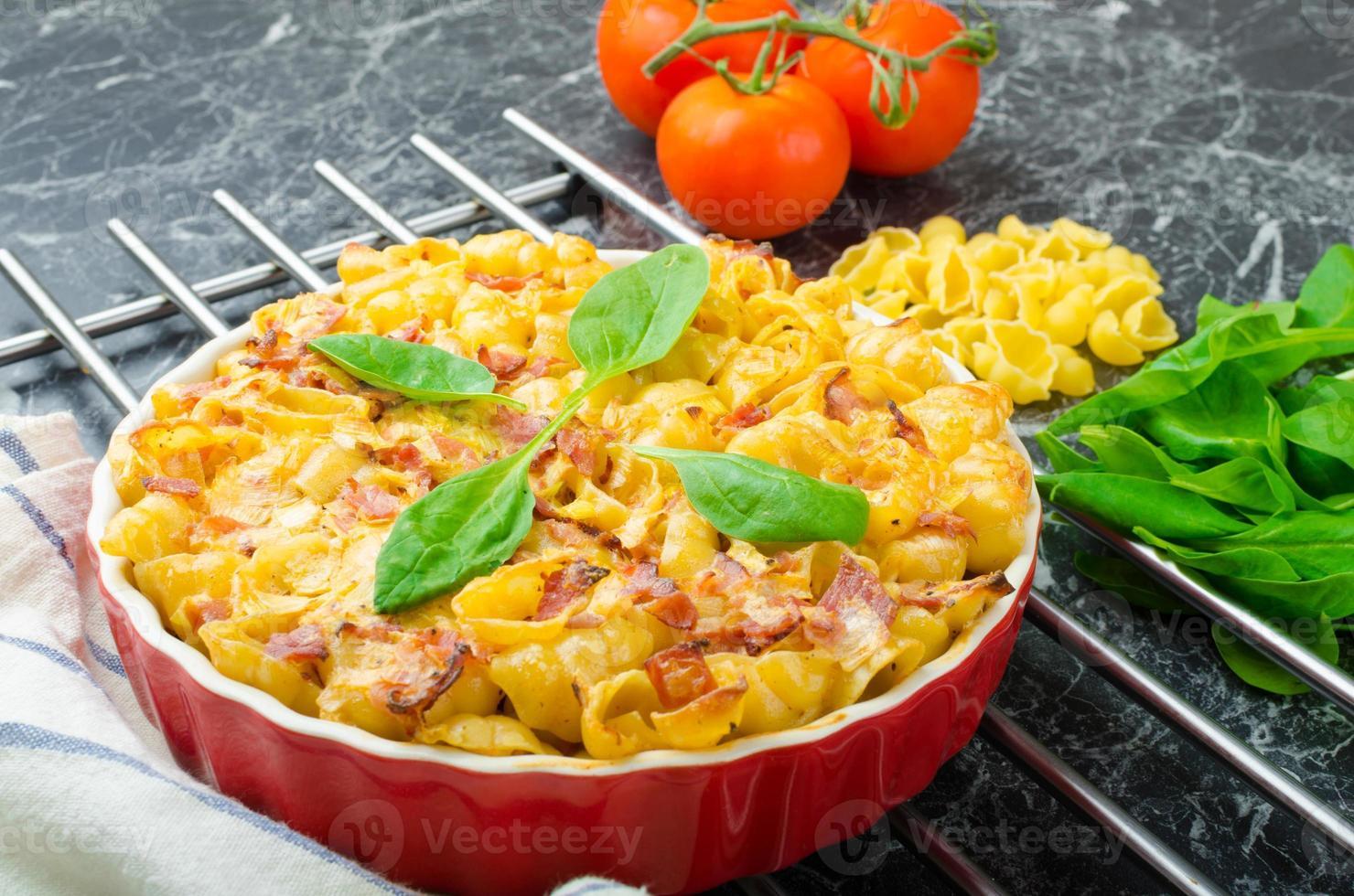 gebakken huisgemaakte pasta met prei, spek en room foto