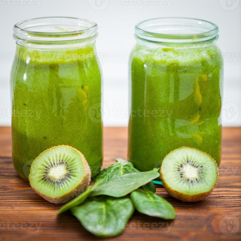 Blended smoothie met ingrediënten selectieve focus vierkant beeld foto