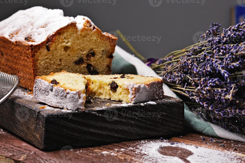 fruitcake op een snijplank foto