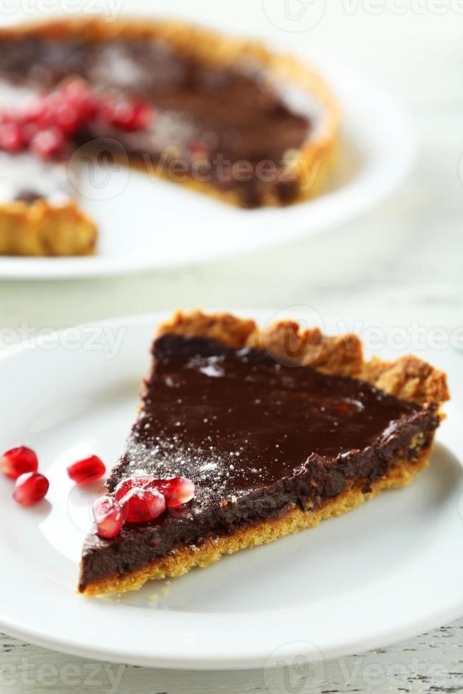 zelfgemaakte chocoladetaart met granaatappel foto