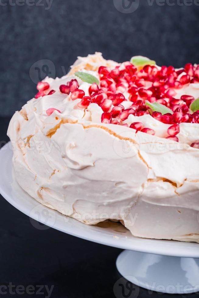 pavlova cake met granaatappel foto