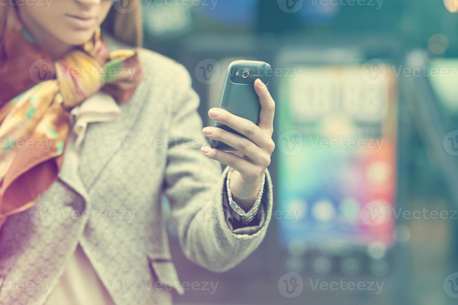 dames hand met mobiele telefoon foto