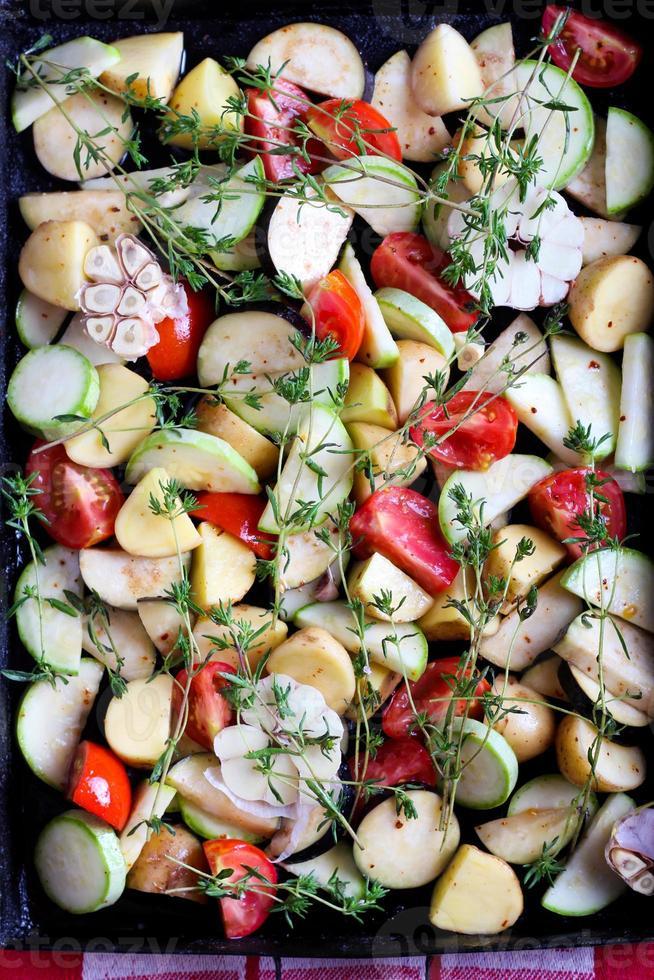 verse rauwe groenten met kruiden foto