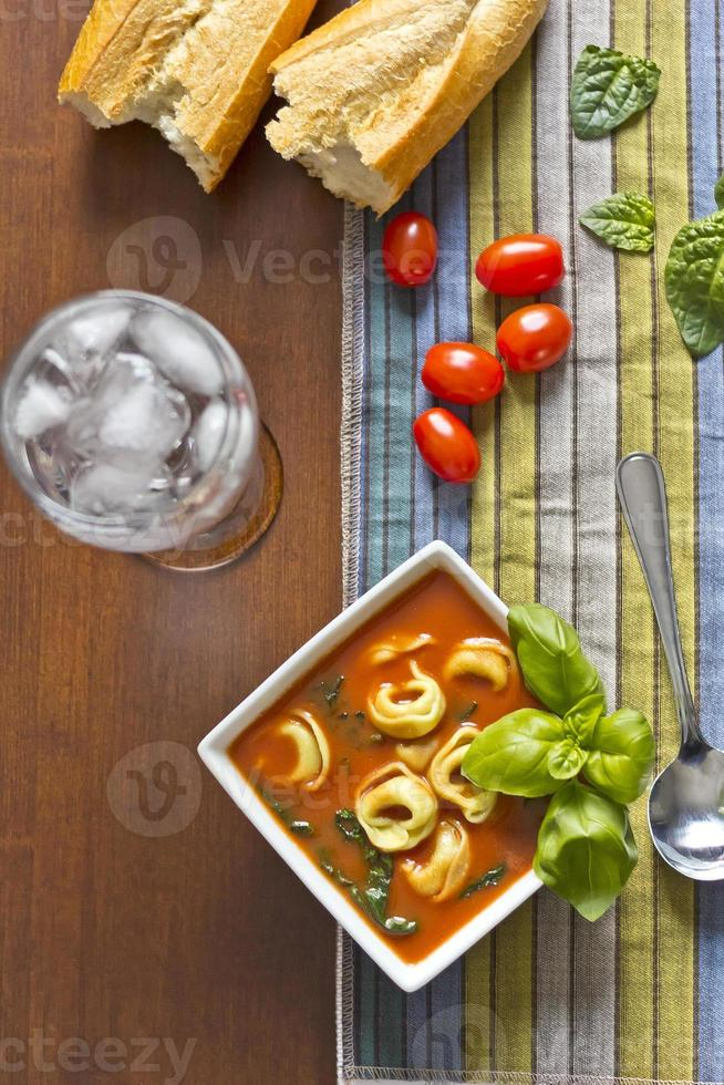 tomatensoep met tortellini foto