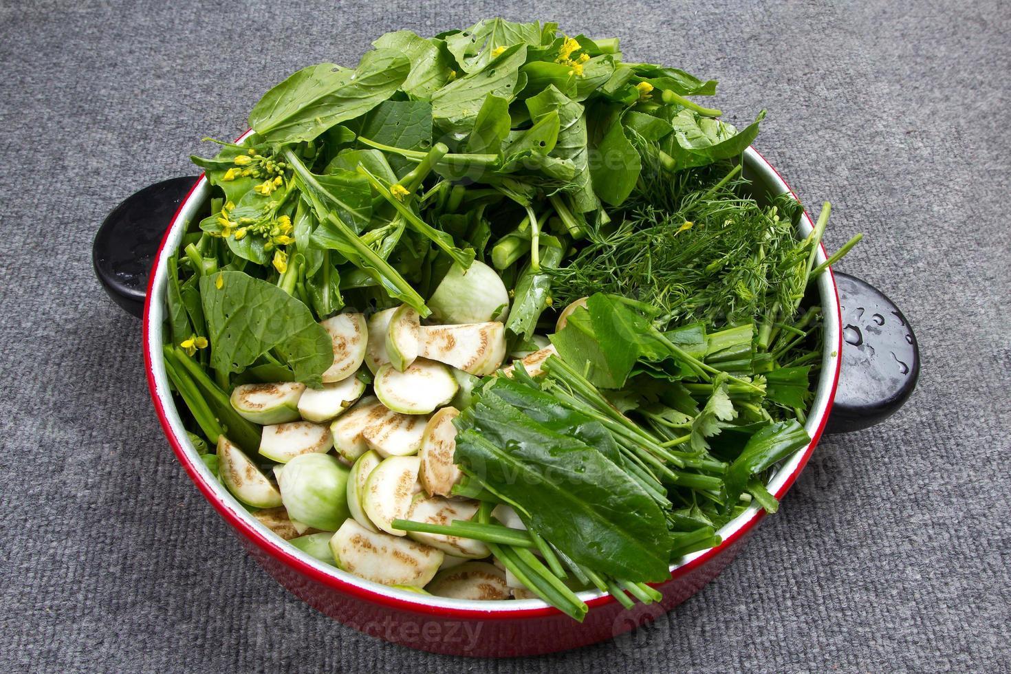 groene groenten gesneden voor het koken foto