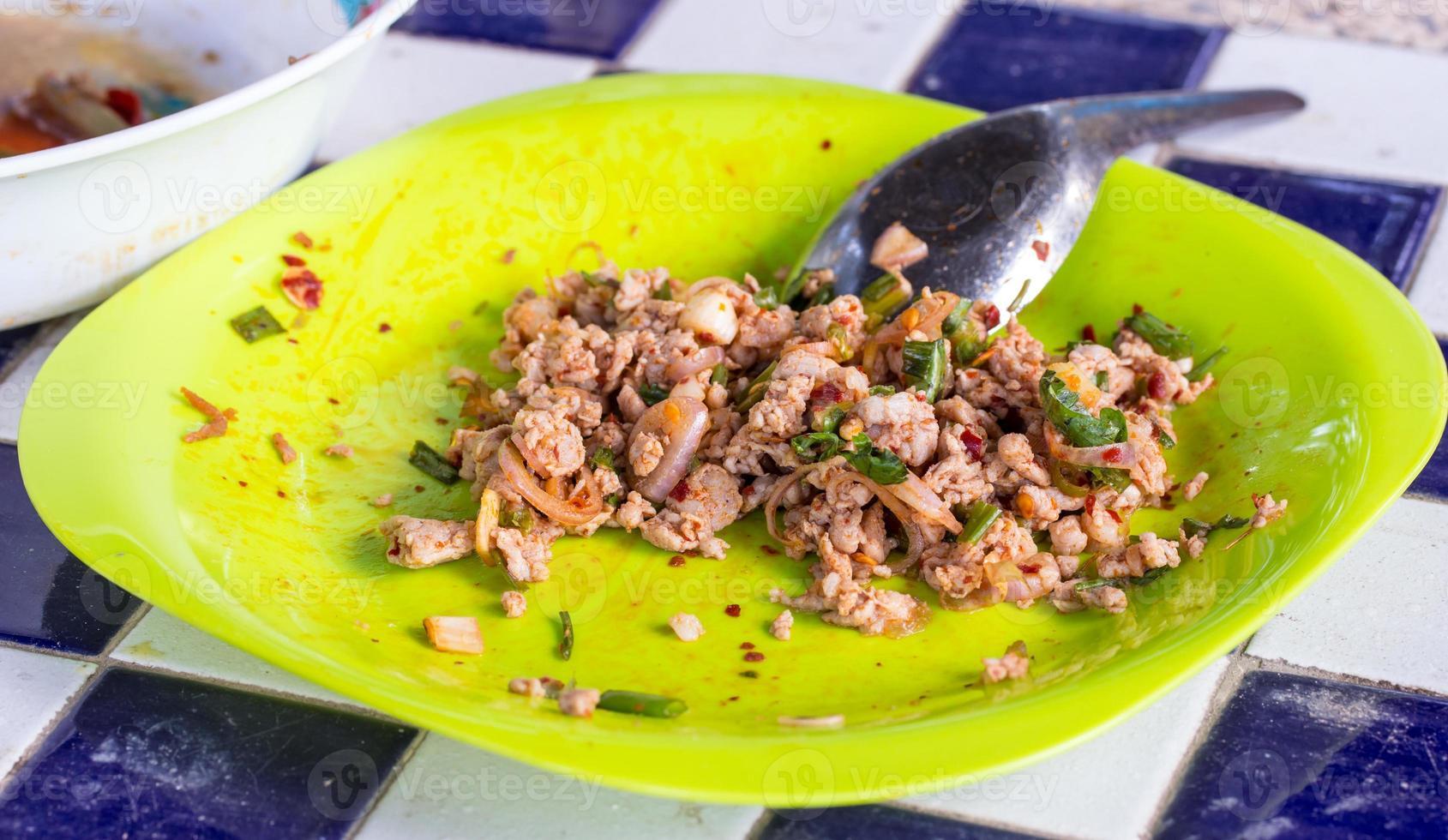 laab: varkensgehaktsalade (met groene groenten en pepers) foto