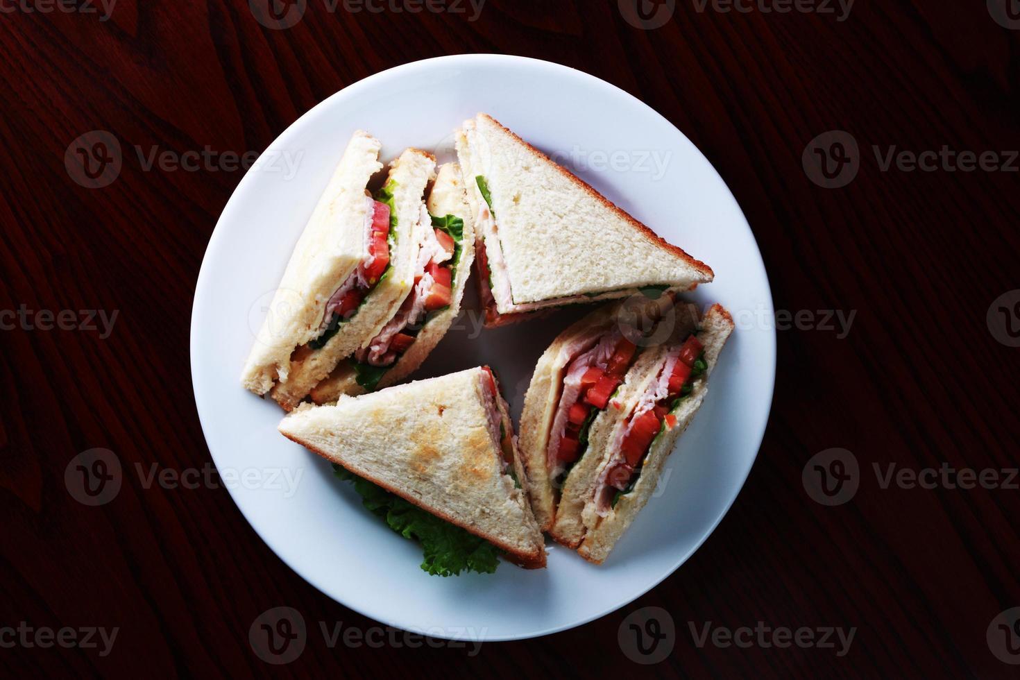 broodje kip, sla en tomaat foto
