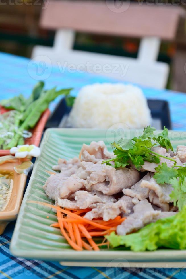 gekookt varkensvlees met limoen, knoflook en chilisaus foto