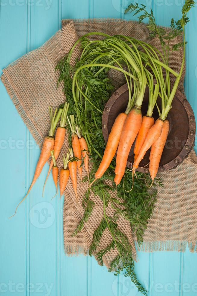 wortelen op een houten tafel foto