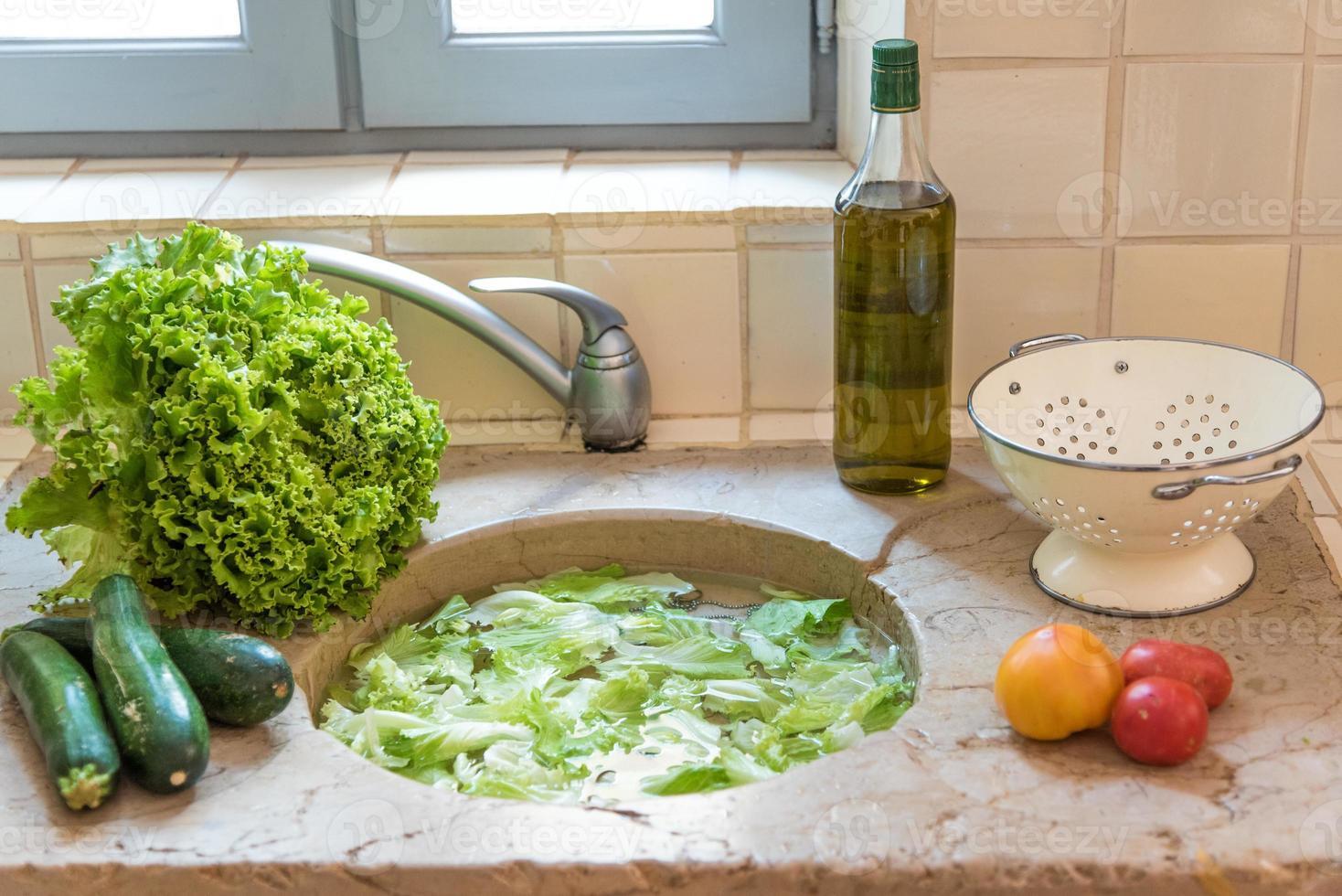 wassen van verse groenten foto