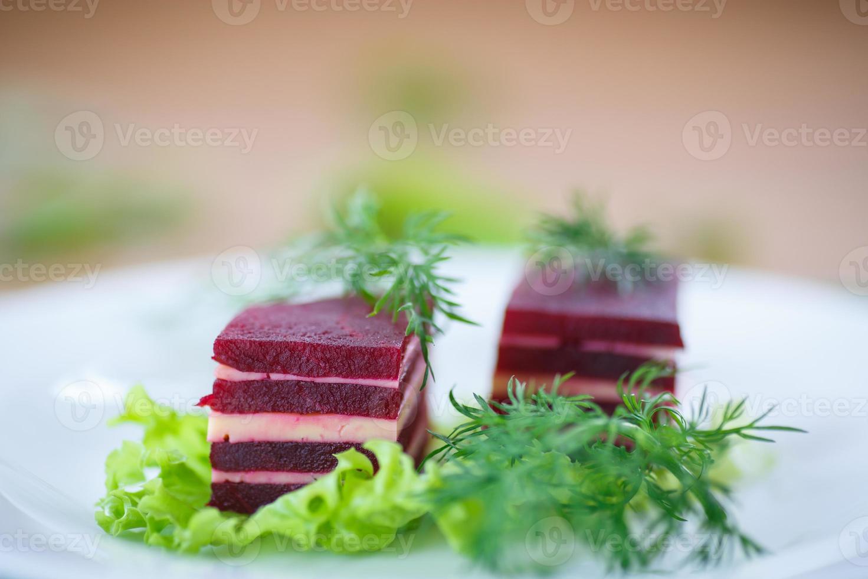 voorgerecht van bieten en kaas op sla bladeren foto