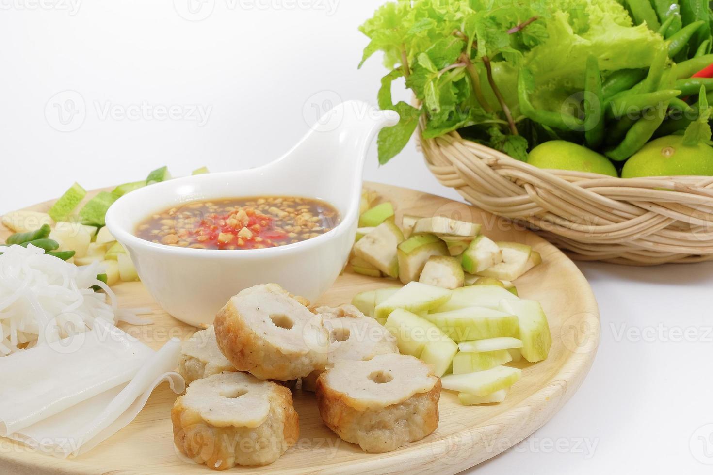 Vietnamese gehaktbalwraps met groenten (nam-neaung) foto