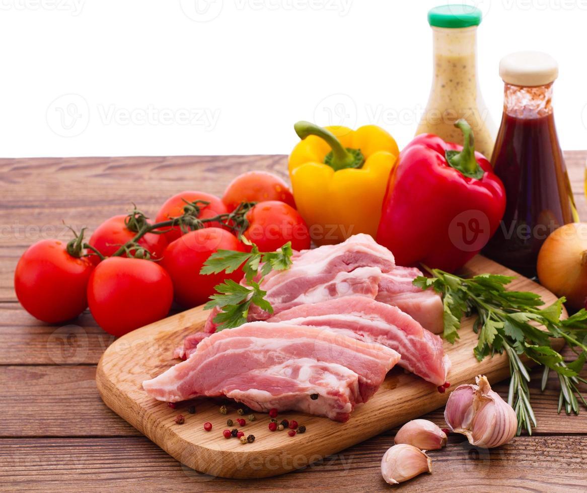 voedsel. gesneden stukken rauw vlees voor barbecue met vers foto