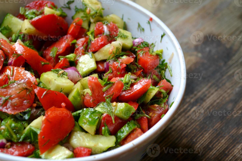 smakelijke vegetarische salade met tomaten en komkommer foto