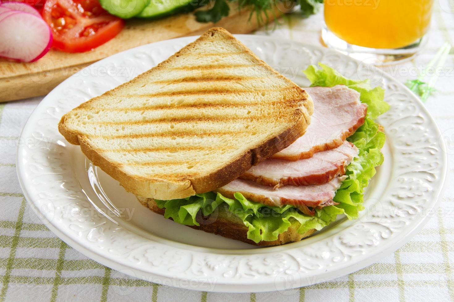 sandwich met groenteschotel ... foto