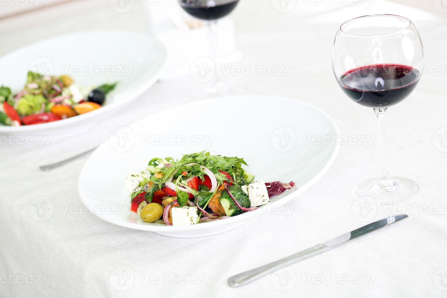 Griekse salade op witte plaat, close-up foto