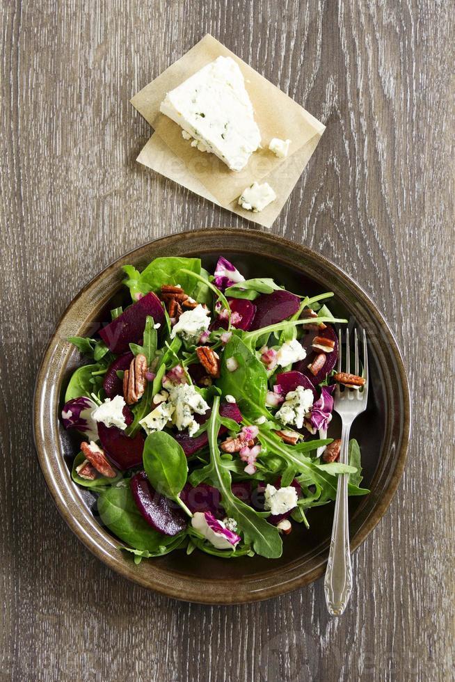 salade met bieten, blauwe kaas, noten en vinaigrette. foto