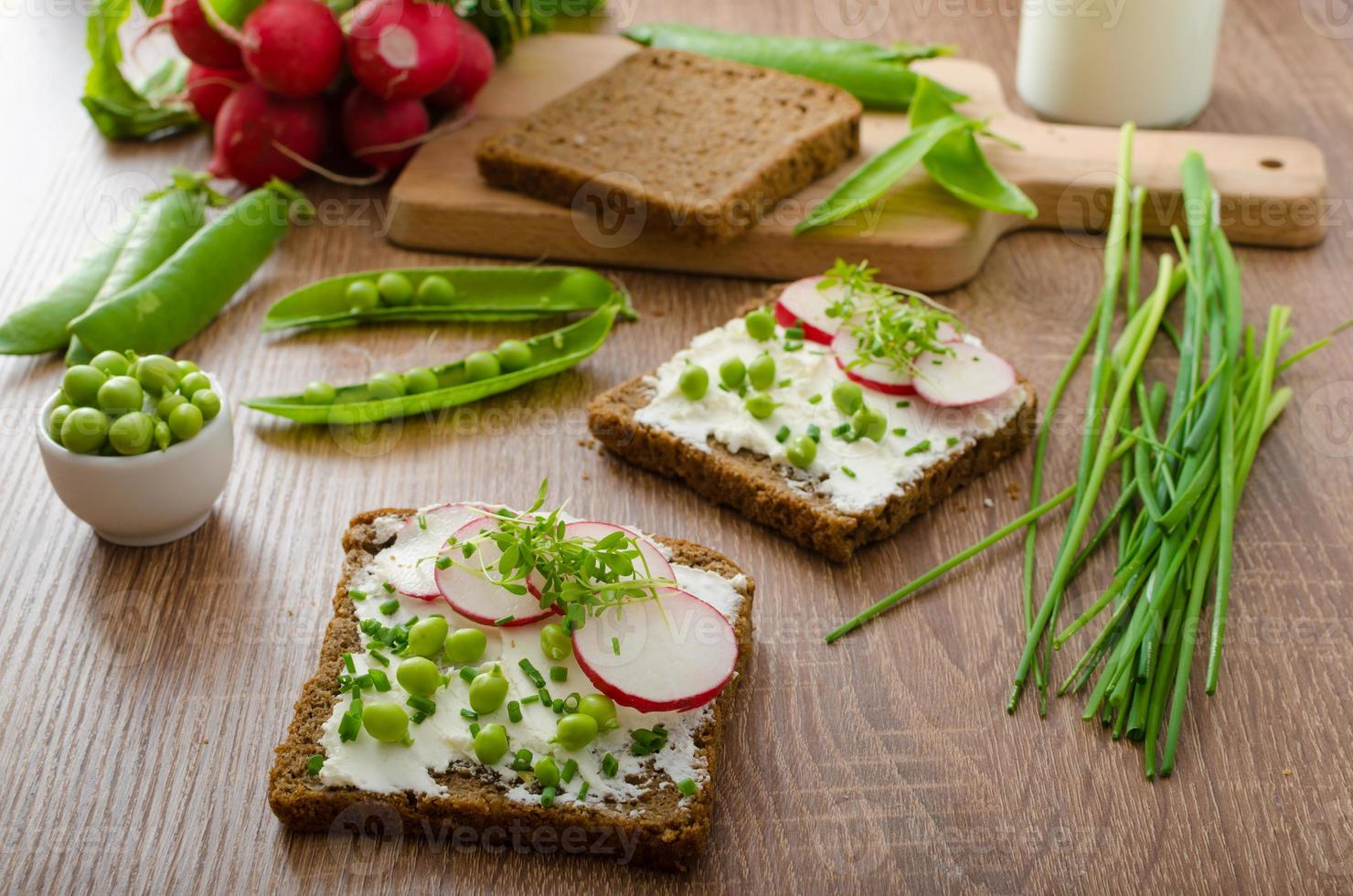 gezond volkorenbrood met kruiden foto