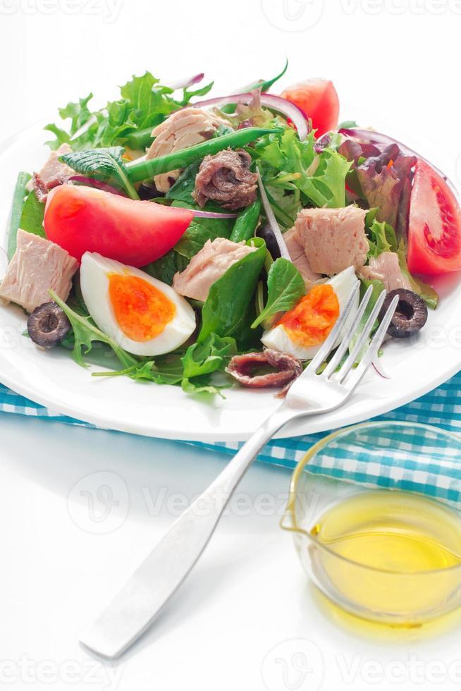 nicoise salade op witte achtergrond foto