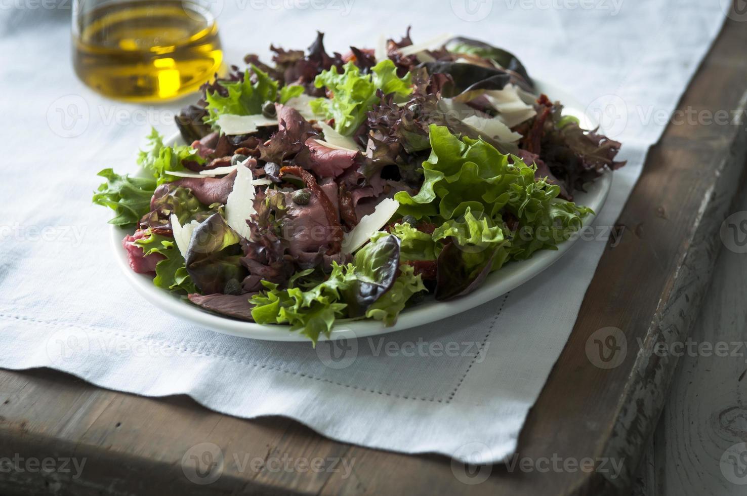 rundvlees en gemengde bladsalade foto