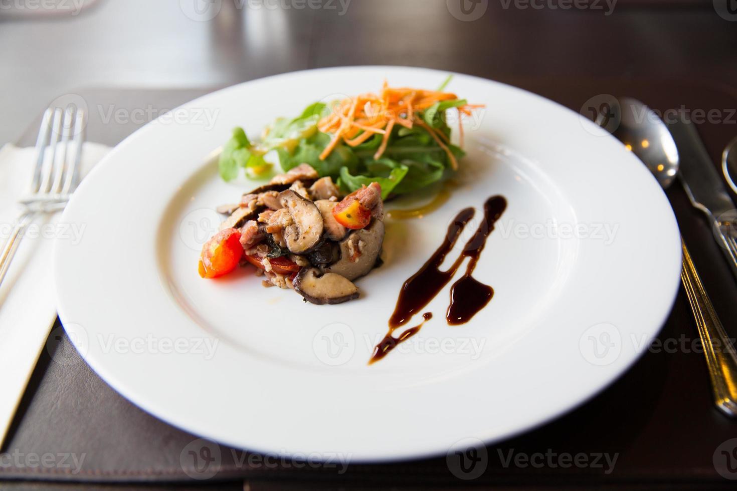 apitizer champignonsalade gemengd met varkensvlees foto