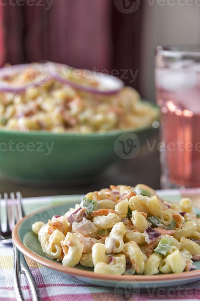 elleboog macaroni salade met limonade foto