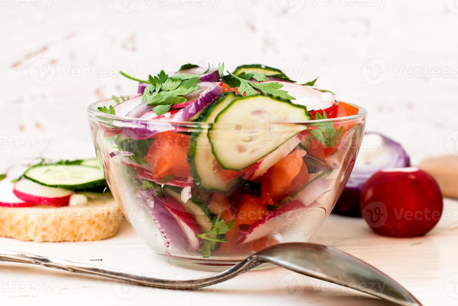 lente salade met radijs, komkommer, kool en ui close-up foto