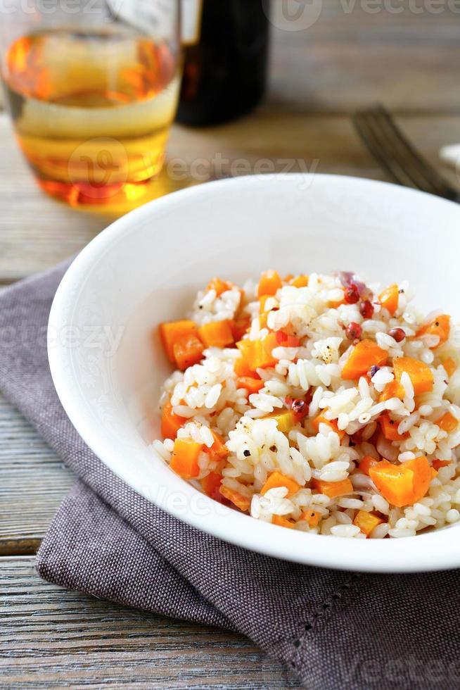 rijst met paprika en wortelen foto