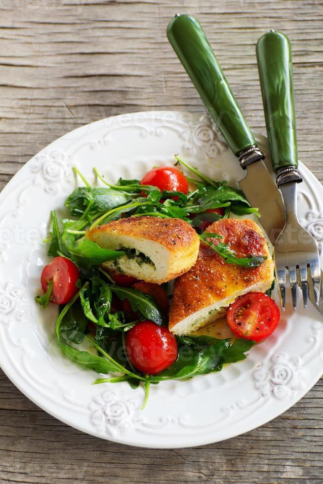 kipfilet met een salade met rucola foto