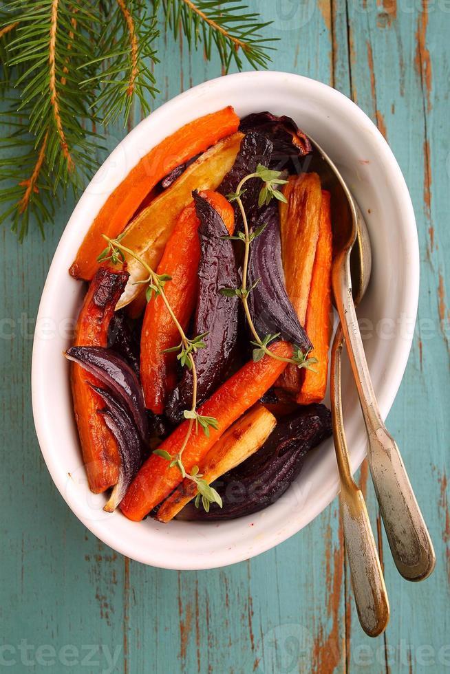 geroosterde groenten: bieten, wortels, ui, knolselderij foto