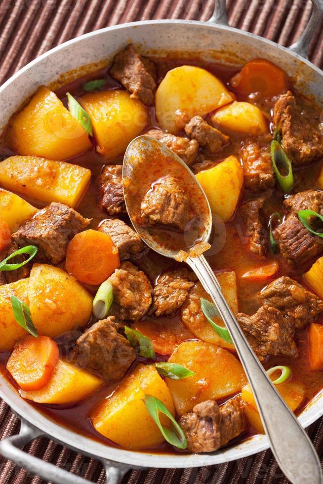 rundvleesstoofpot met aardappel en wortel foto