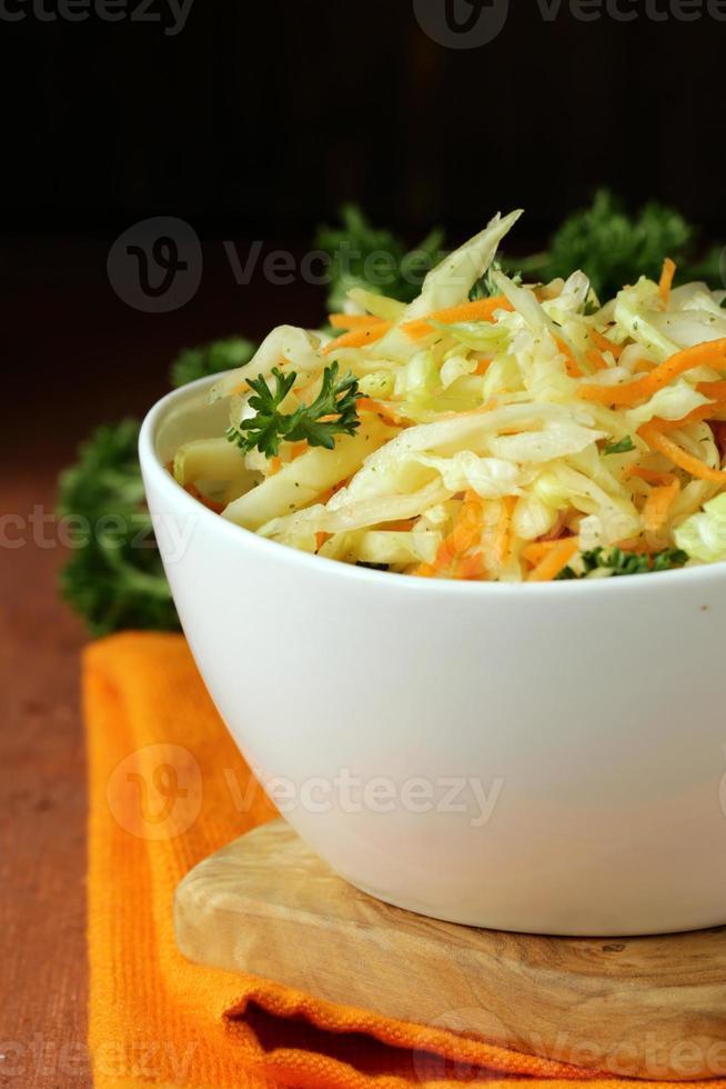 traditionele koolsalade (koolsalade, wortel en mayonaise) foto