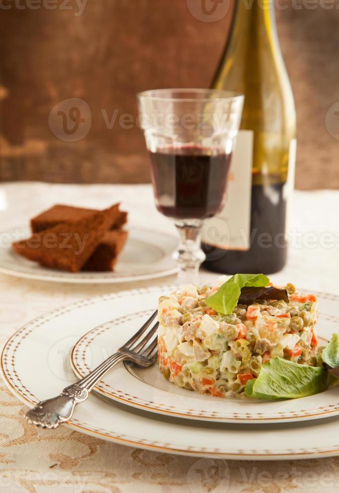 Russische traditionele olivier salade foto