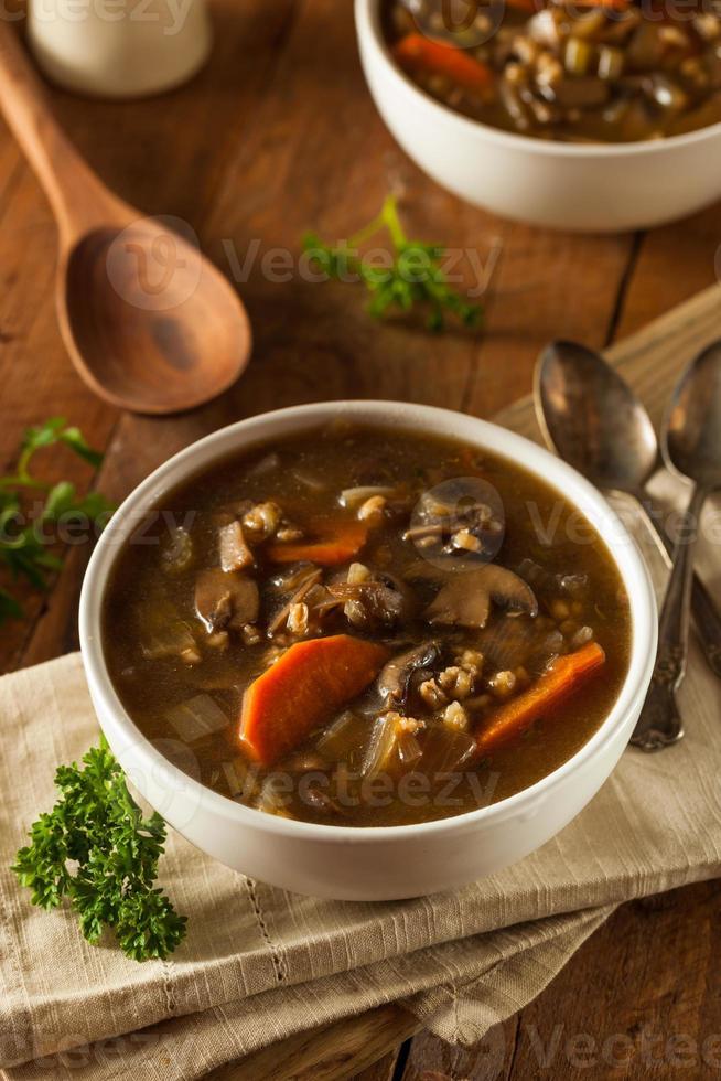 zelfgemaakte champignons gerst soep foto