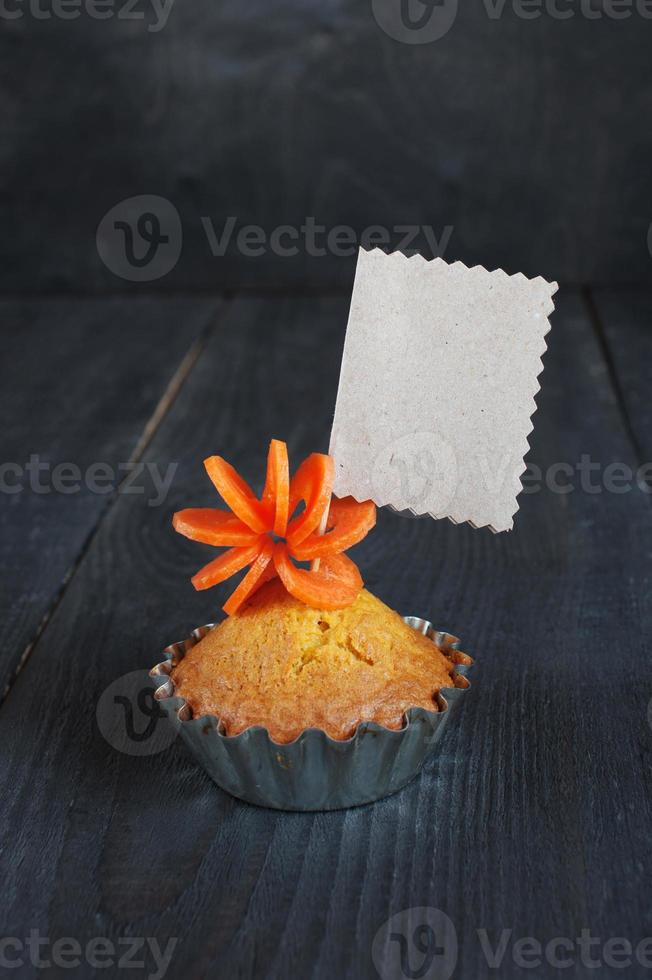 cupcake met lege tag op de houten tafel foto