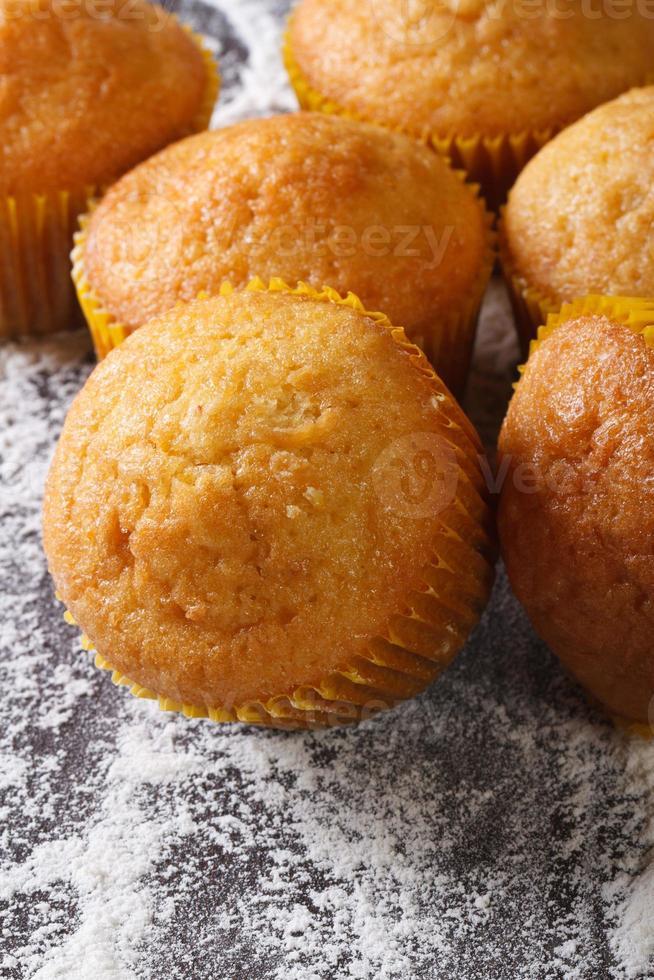 muffins oranje macro op bebloemde tafel. verticaal bovenaanzicht foto