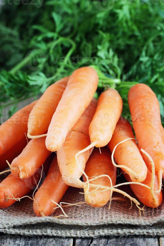 verse wortelen op een rustieke houten tafel foto