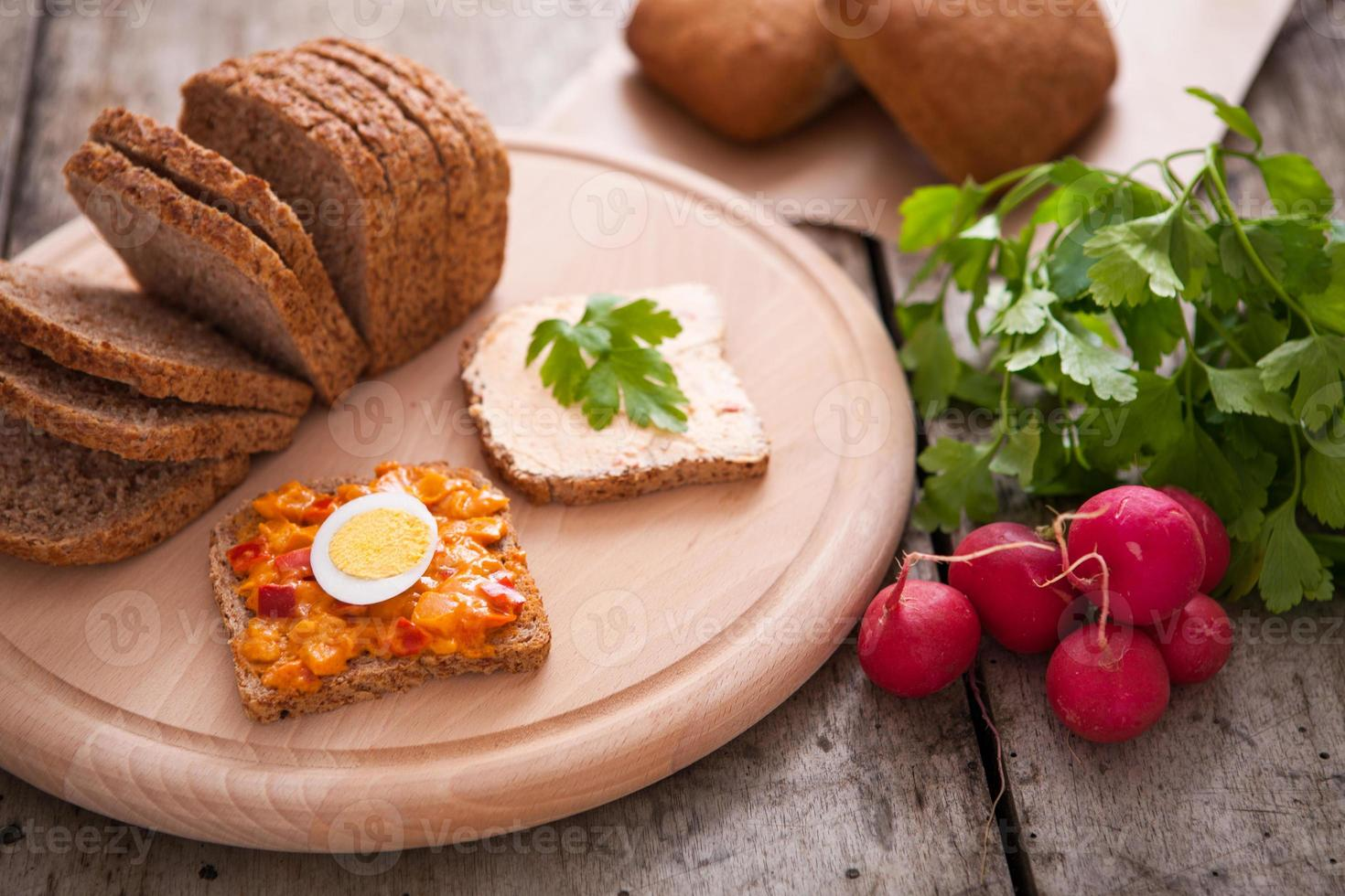 ingrediënten voor een vers broodje foto