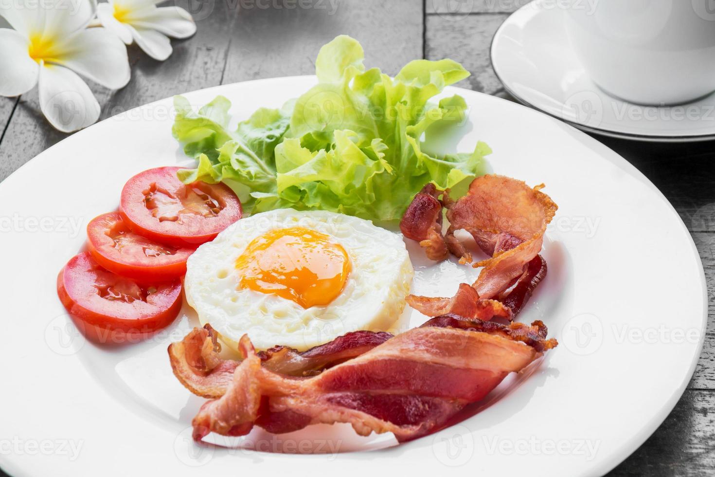 ontbijt met gebakken ei, spek en koffiekopje foto