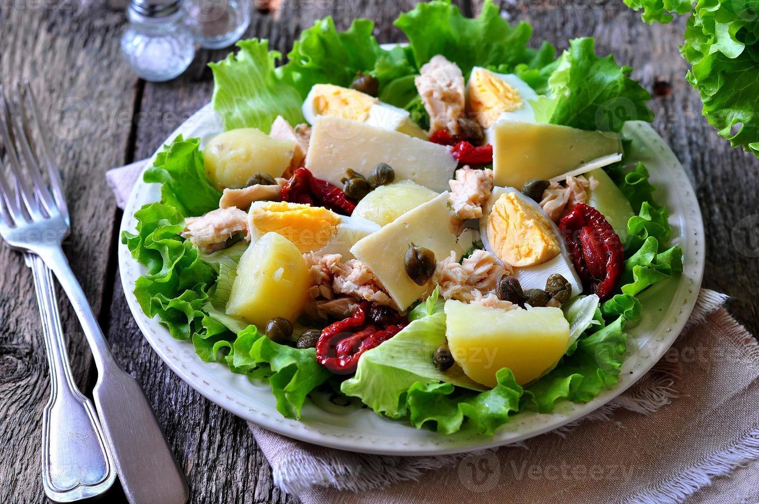salade van sla, ijsbergsla, tonijn in blik, gedroogde tomaten foto
