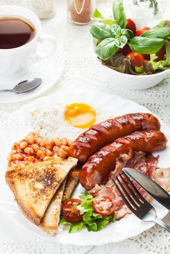 compleet Engels ontbijt met spek, worst, ei en gebakken bonen foto