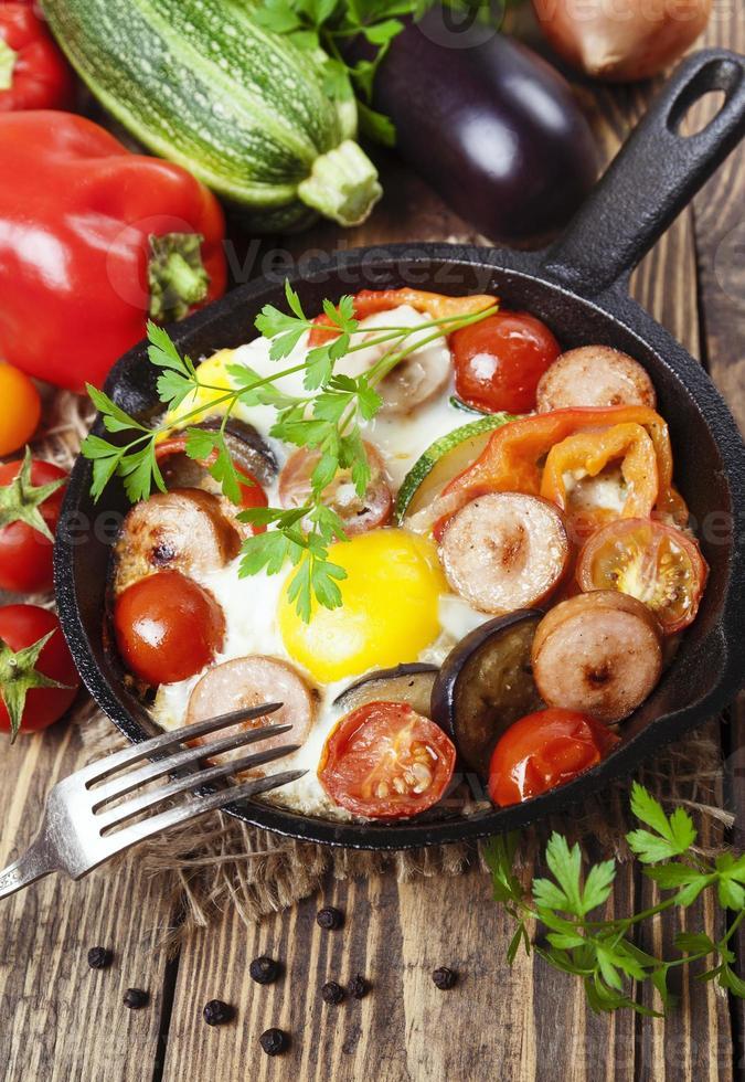 gebakken eieren met groenten en worst foto