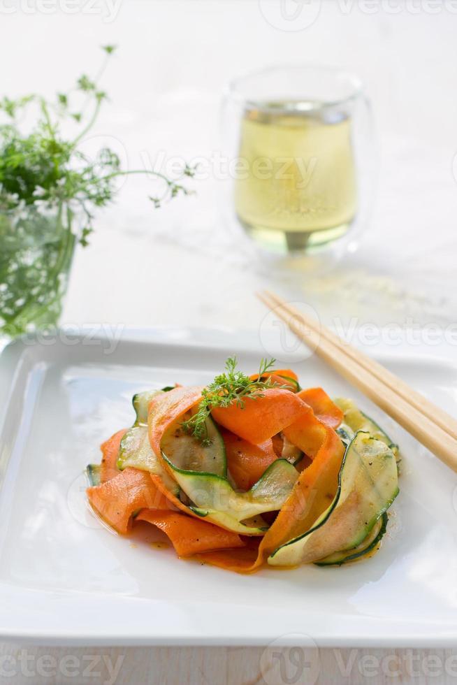 Courgette Salade Met Wortelen foto