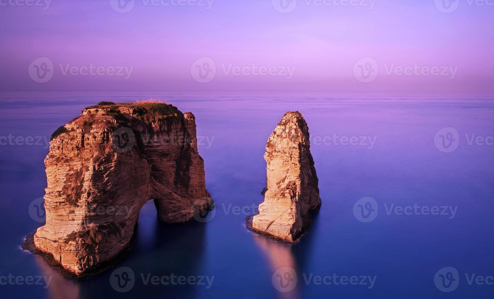 rawsha rock op zonsondergang foto