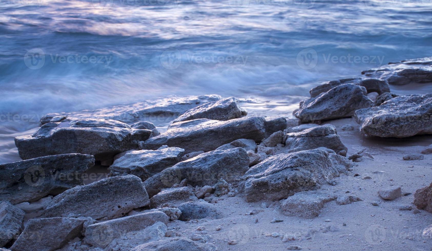 rotsen bij de oceaan foto